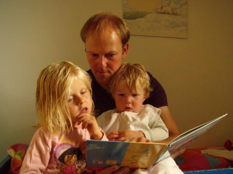 Cyriel leest Eva en Marlies voor (uit een ander prentenboek)